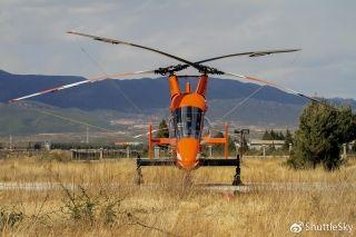 K-MAX是美国卡曼宇航公司研制的单座单发并列双旋翼中型起重调运直升机,是目前世界上唯一采用这种双旋翼并列布局、专门为执行外部吊挂任务而设计的直升机。