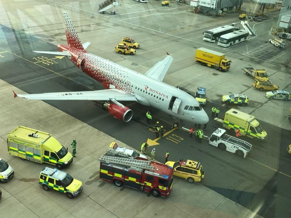 客机推出时压住地勤工人脚,200乘客被困机上