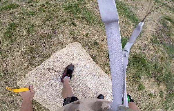 跳伞运动员从千米高空跃下 精准降落指定地点