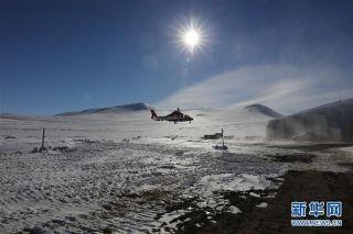 """""""海豚""""直升机载着中国第34次南极科考队员降落在位于南极罗斯海的韩国科考站进行友好访问(2月10日摄)。"""