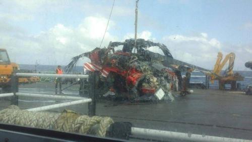 台湾坠海黑鹰直升机残骸打捞上岸 发现两具遗体