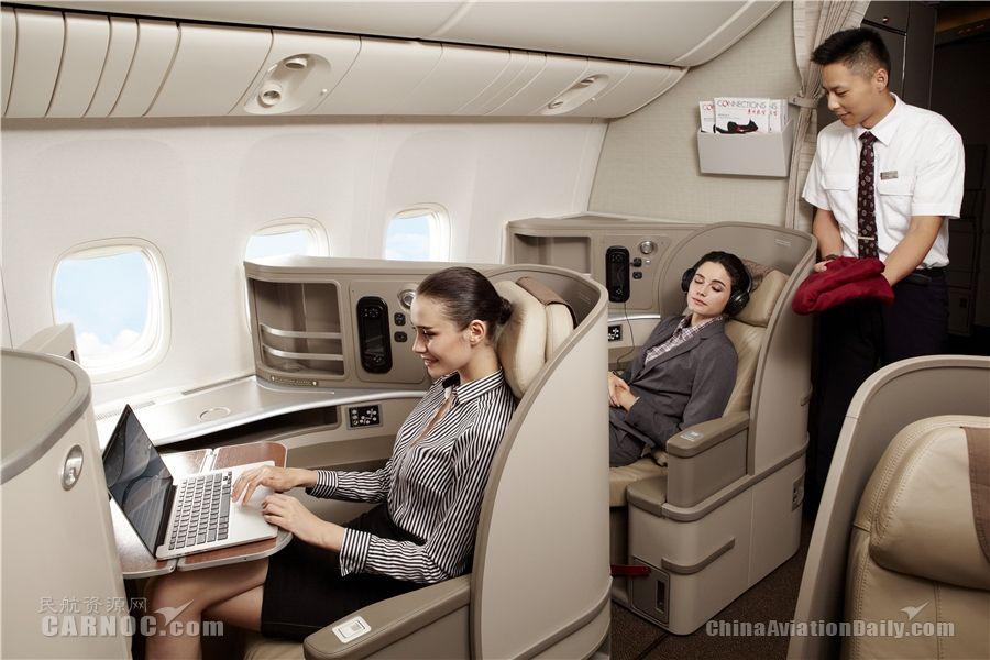 东航777-300ER飞机上配置的国际高端反向鱼骨座椅