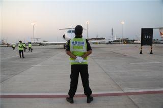 4月8日下午6时,机务人员正引导一架公务机进入停机位