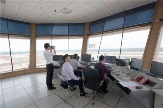 """博鳌机场作为""""一地办会""""主场单位,塔台保障压力倍增,塔台管制员正用望远镜巡视围界"""
