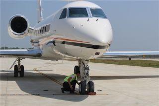 4月9日上午12时,烈日炎炎,机务检修组人员正严格按检查单检修机轮