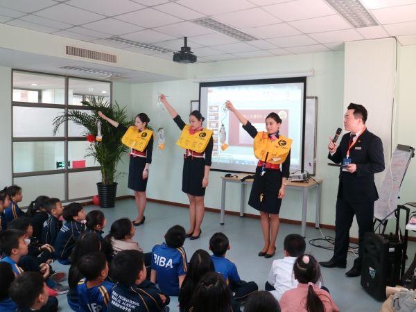 东航北京乘务员走进校园 普及航空安全知识