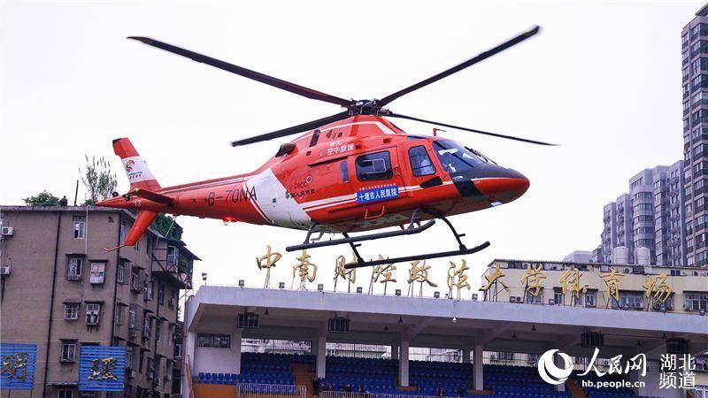 湖北十堰1岁幼童瓜子卡喉 直升机转运抵汉急救