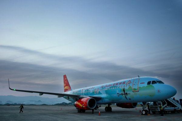 桂林航空迎来首架冠名彩绘飞机