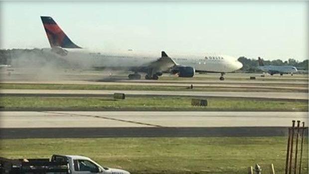 达美航空一客机发动机故障紧急返航 无人受伤