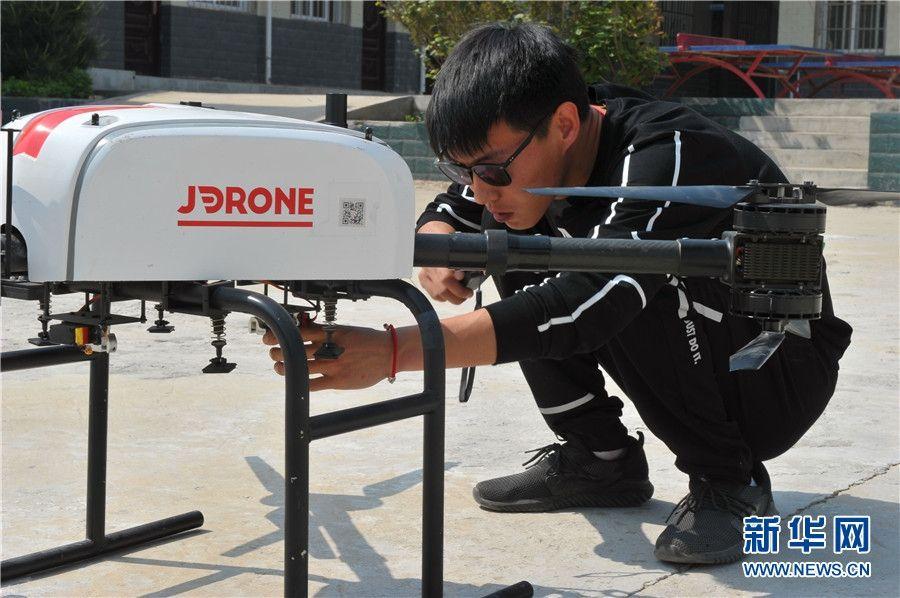 京东工作人员在检查无人机 摄影:王智超