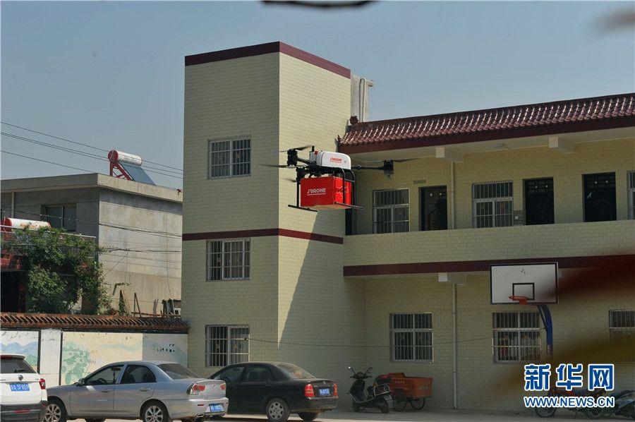 这是京东自主研发的全球首个无人智慧配送站在陕西西安落成并投入使用后,首个实验点送出的包裹!新华网 王智超