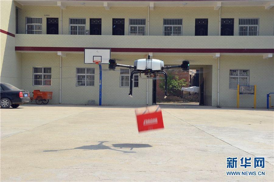 无人机抛投快递。摄影:王智超