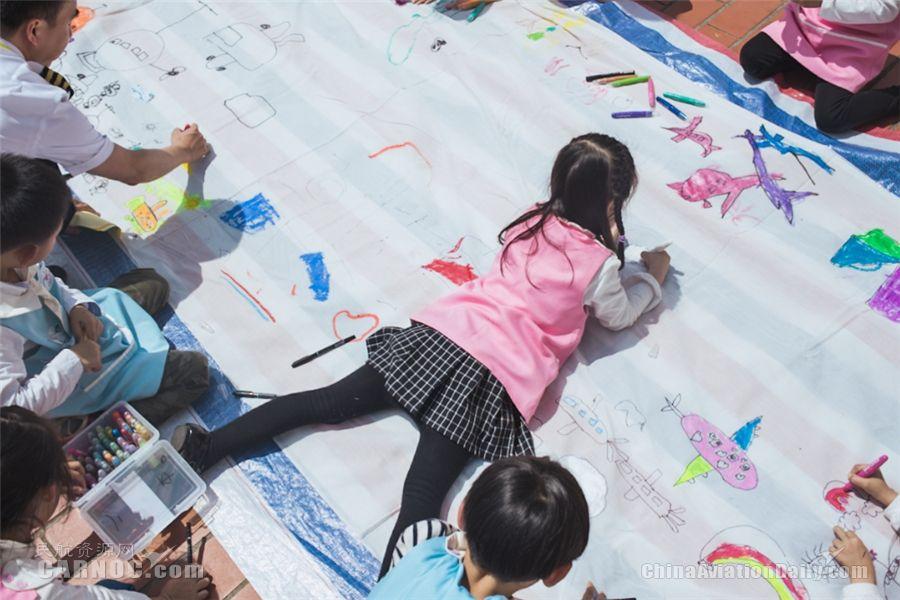 小朋友们在画布上绘出自己心目中的飞机(回烨达