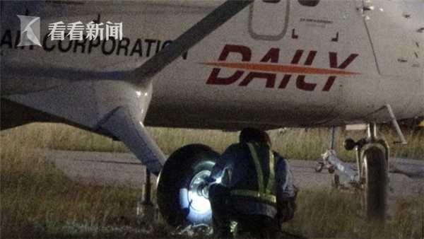 高雄一客机爆胎冲出跑道