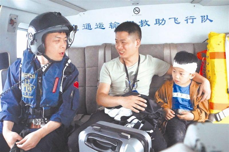 """男童旅游头部受伤 """"东一飞""""直升机紧急送医"""