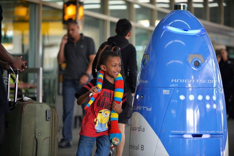 呆萌 拉瓜迪亚机场部署全球首款安保机器人