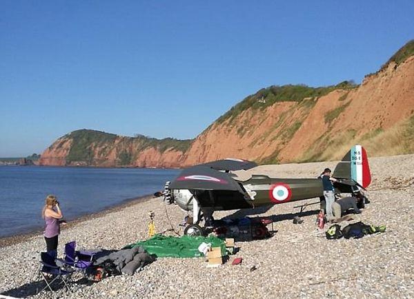 老式飞机出故障迫降海滩 日光浴游客吓到腿软