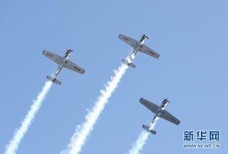 """5月6日,Russian Roulettes飞行表演队在澳大利亚""""伊拉瓦拉之翼""""航展上表演特技飞行。新华网记者 白雪飞 摄"""