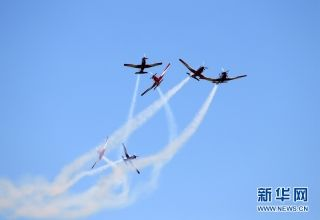 """5月6日,澳大利亚皇家空军RAAP飞行表演队在""""伊拉瓦拉之翼""""航展上表演特技飞行。新华网记者 白雪飞 摄"""