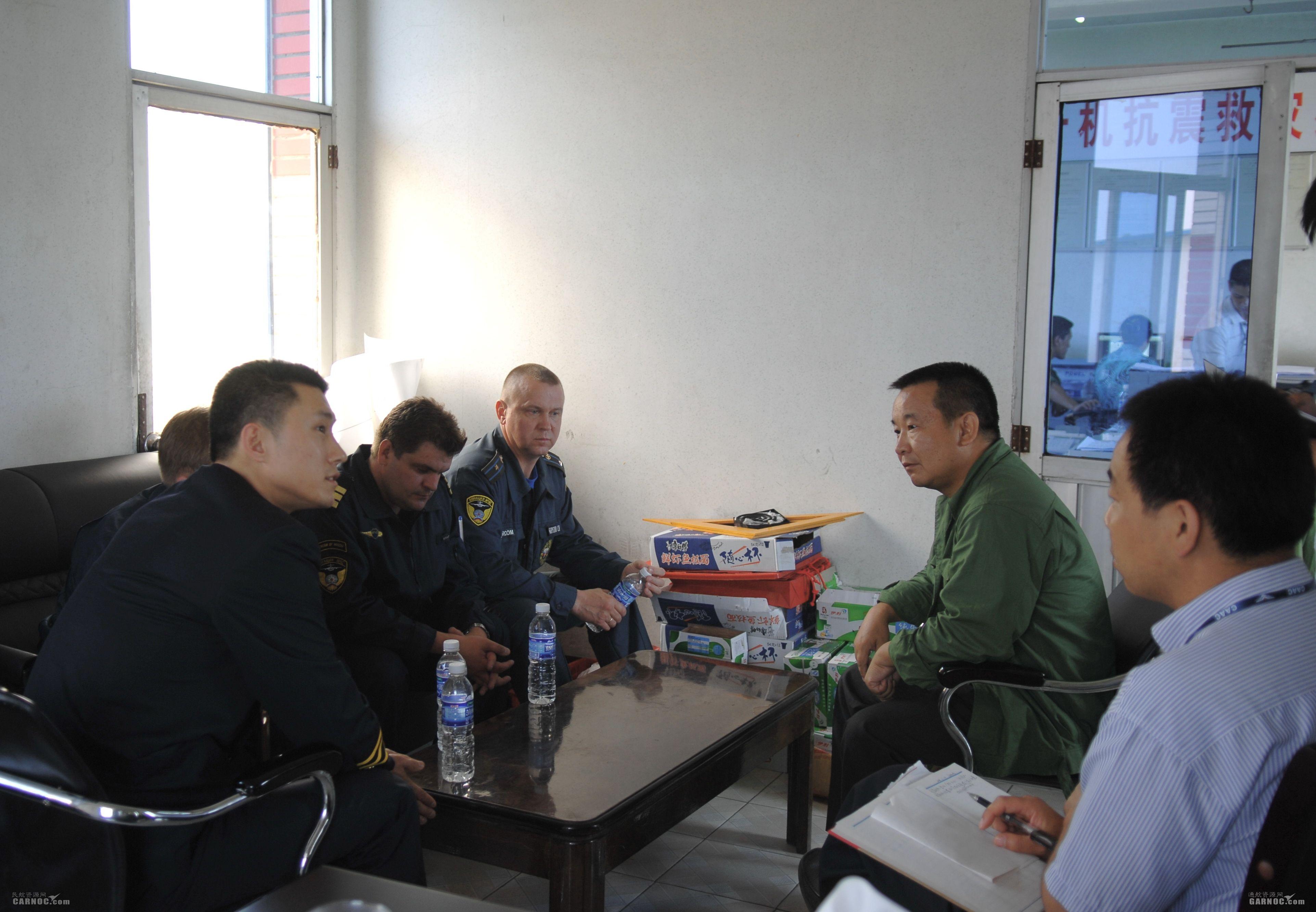 民航直升机抗震救灾指挥长吕尔学与俄罗斯机组研讨唐家山堰塞湖排洪方案。
