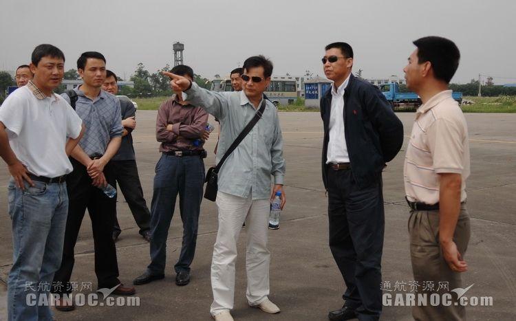 民航直升机抗震救灾指挥部副指挥长关立欣与中飞院干部研究调机方案。