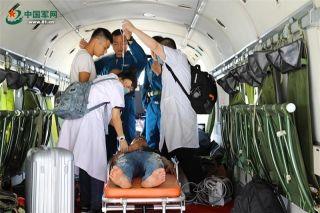 当天早上6时30分左右,三沙市公安局值班室接到求救电话,在附近海域作业的临渔9007船上一位渔民突发疾病,三沙市人民医院和边防某部迅速前出救援。