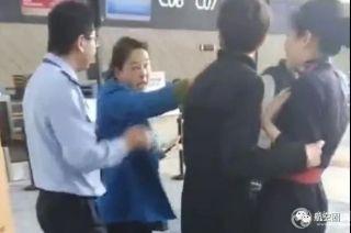 视频:女子误机后 自称教授怒骂女地勤