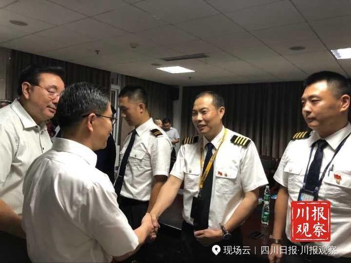 独家专访川航机长还原惊险一幕:副驾身体飞出一半