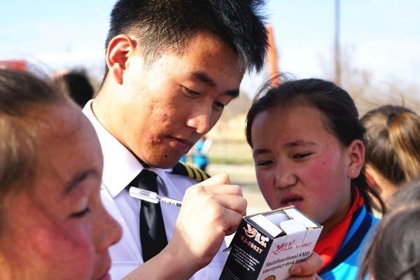 南航新疆飞行员连续两年资助塔城贫困学生