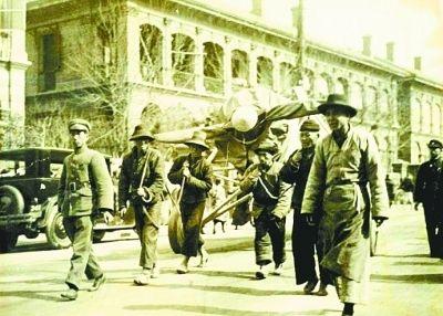 1929年街頭拉飛機老照片-記錄武漢最早航空活動