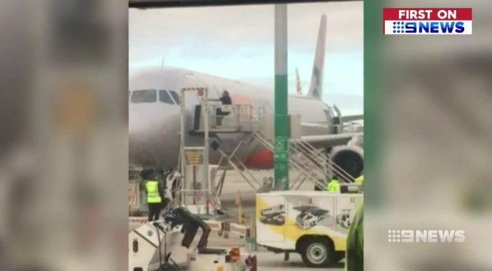 误机男子强闯机坪暴力开舱门 遭航空公司禁飞