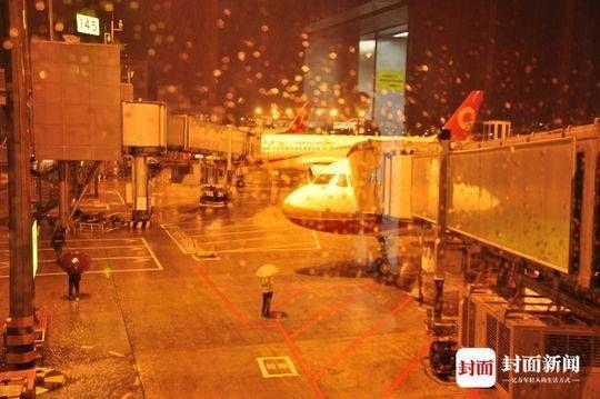 成都机场发布大面积航班延误黄色预警 系今年首次