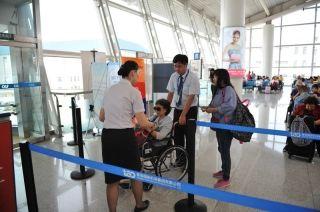 青岛机场让特殊旅客出行一个都不能少
