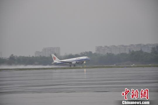 成都机场遭雷暴天气 约8000旅客滞留