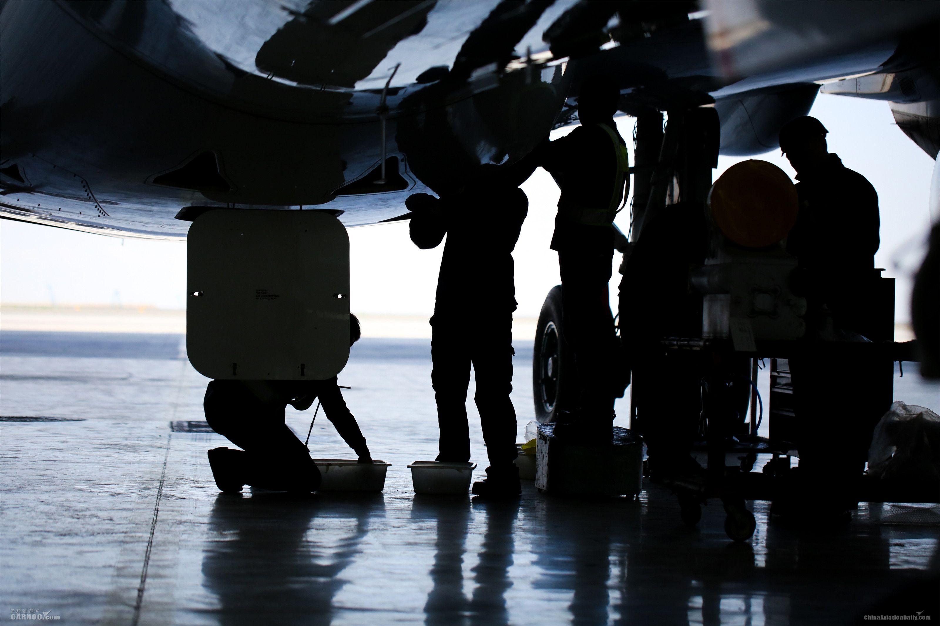 飞机发动机洗澡。南航新疆飞机维修基地供图, 摄影:罗伟