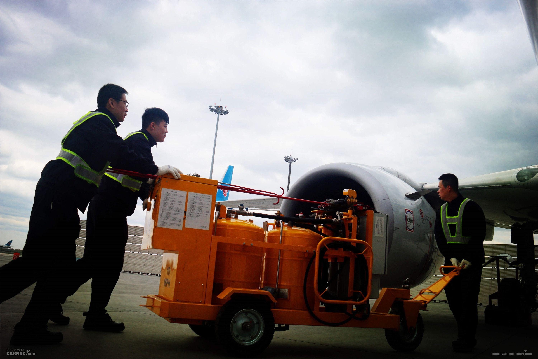 """维修人员的水洗前准备工作。图解飞机发动机""""洗澡""""。"""