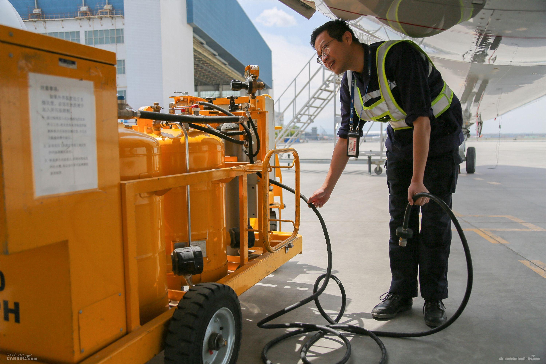 """维修人员将发动机上的管路与水洗设备连接。图解飞机发动机""""洗澡"""""""
