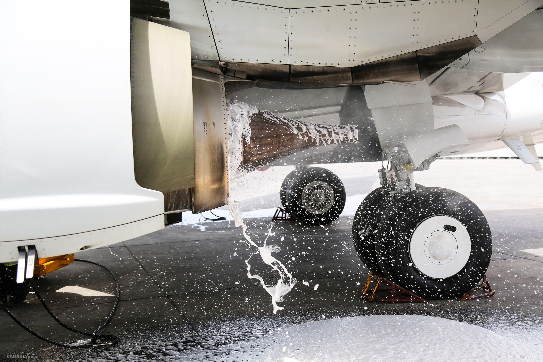 """水洗溶液在发动机内经过浸泡后冷转喷出。图解飞机发动机""""洗澡"""""""