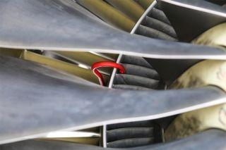 """将水洗固定挂钩固定到位。图解飞机发动机""""洗澡""""。 (摄影:罗伟)"""