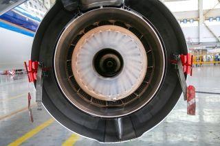 """连接在发动机上的两个固定水管。图解飞机发动机""""洗澡""""。 (摄影:罗伟)"""