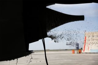 """水洗溶液在发动机内经过浸泡后冷转喷出。图解飞机发动机""""洗澡"""" (摄影:罗伟)"""