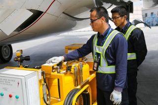 """维修人员在水洗前对设备进行检查。图解飞机发动机""""洗澡"""" (摄影:罗伟)"""