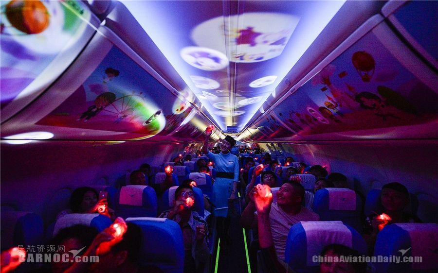 旅客使用玩具手表投影,客舱变成梦幻的海洋