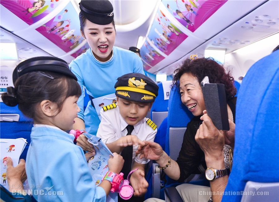 小机组为旅客佩戴玩具手表