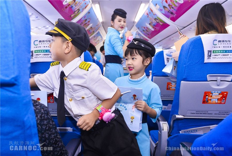 小机组为旅客分发礼品