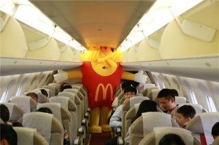 客舱惊现薯条人!北部湾航空开启六一嘉年华