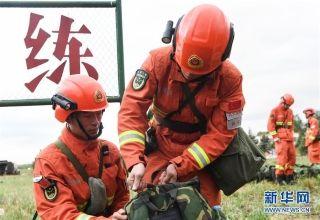 6月4日,武警大兴安岭森林支队官兵在根河市航空护林站整理行装,准备出发。 (摄影:刘磊)