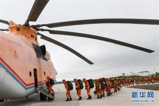 6月4日,武警大兴安岭森林支队官兵乘坐运输机开赴火场救援。 (摄影:刘磊)