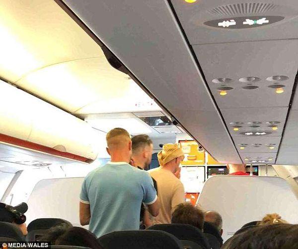 数名男子在飞机上撒尿辱骂乘务员导致航班取消
