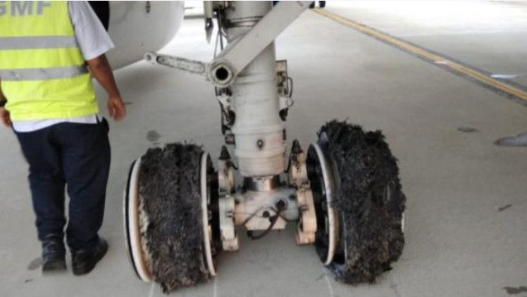 印尼鹰航客机着陆之后不久左侧两轮胎爆胎